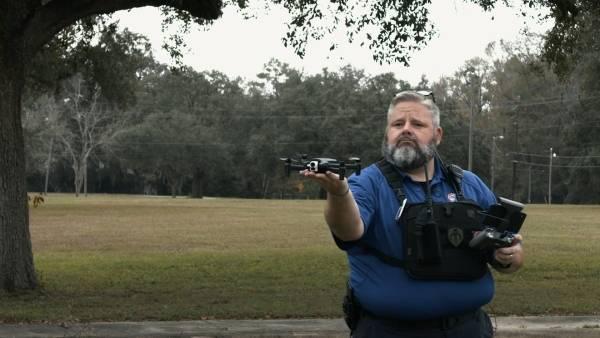 un homme avec un drone dans la main