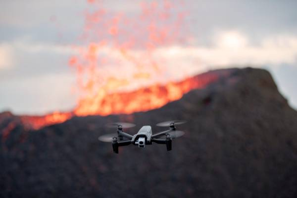 Le drone ANAFI Themal devant un volcan en erruption